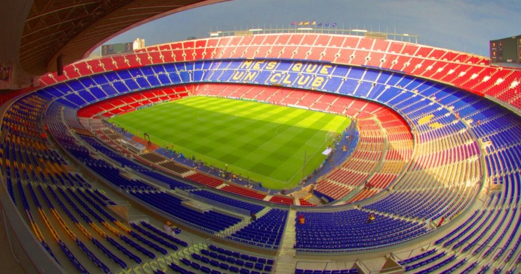 La fel cum clădirile moderniste sunt atracții obligatorii pentru fanii arhitecturii, Câmp Nou este un obiectiv obligatoriu pentru fanii fotbalului. Stadionul cu 99.354 de locuri este cel mai mare din Europa și al doilea că mărime din lume. Faceți un tur animat și vizitați muzeul. Câmp Nou a fost una dintre locațiile Olimpiadei de vara din 1992 la Barcelona.
